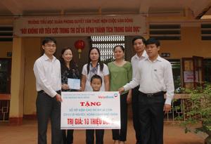 Lãnh đạo Vietinbank Hòa Bình và LĐLĐ tỉnh trao tiền tiết kiệm cho em Bùi Tuấn Anh, trường tiểu học xã Xuân Phong (Cao Phong).