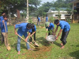 ĐVTN xóm Đá 1, xã Lỗ Sơn trồng cây xanh hưởng ứng chiến dịch làm cho thế giới sạch hơn.