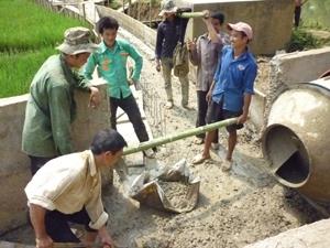 Huyện Mai Châu huy động cả hệ thống chính trị và người dân tham gia xây dựng NTM. Trong ảnh: Xã Mai Hạ đẩy nhanh tiến độ kiên cố hóa kênh, mương phục vụ sản xuất nông nghiệp.