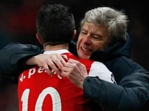 Huấn luyện viên Arsene Wenger và cậu học trò cưng Robin van Persie.