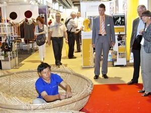 Khách tham quan tò mò và thích thù với trình diễn làm thuyền thúng của ngư dân Việt Nam. (Nguồn: Đại sứ quán Việt Nam tại Thụy Sĩ).