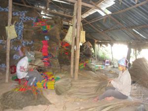 Doanh nghiệp Minh Thắng chuyện sản xuất chổi chít xuất khẩu tại xã Mông Hóa (Kỳ Sơn) tạo việc làm ổn định cho trên 200 lao động nữ địa phương.