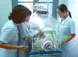 Bệnh viện Đa khoa tỉnh áp dụng nhiều kỹ thuật mới, tiên tiến trong điều trị cho  bệnh nhân. Trong ảnh:Các y, bác sĩ khoa Nhi áp dụng kỹ thuật thở CPAP cho bệnh nhi sinh non, nhẹ cân.