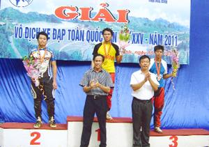 VĐV Quách Văn Nông của đoàn Hòa Bình xuất sắc nhận HCV nội dung đổ đèo nam tại giải vô địch xe đạp toàn quốc lần thứ XXV năm 2011 được tổ chức tại tỉnh ta. ảnh: H.N