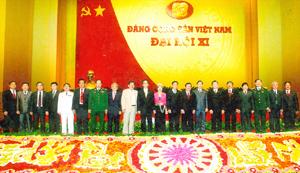 Các đồng chí lãnh đạo Đảng, Nhà nước với đoàn đại biểu Đảng bộ tỉnh Hòa Bình tại Đại hội XI của Đảng.