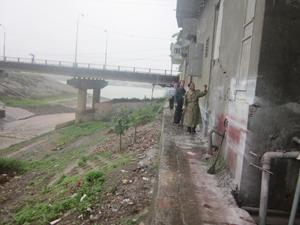 Đoàn kiểm tra, chỉ đạo các hộ dân vùng địa chất bất ổn, sụt lún tại tổ 20, phường Đồng Tiến (khu vực 2 bên ngòi cầu Đen) sơ tán khỏi vùng nguy hiểm.