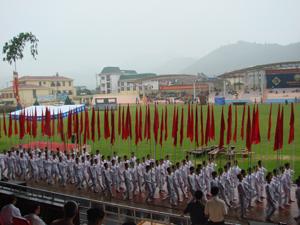 Các đoàn diễu hành vào sân vận động qua khán đài A