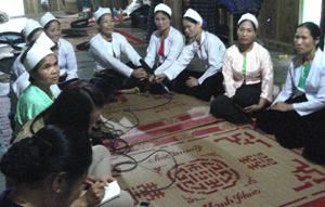 Các nghệ nhân hát thường rang, bộ mẹng trong khuôn khổ Festival văn hóa truyền thống dân tộc Mường.