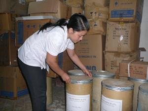 Trung tâm YTDP huyện Kim Bôi chuẩn bị đủ thuốc chloramine B phục vụ công tác phòng- chống dịch.