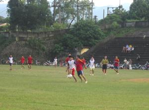 Một trận thi đấu tại giải bóng đá thanh niên huyện Lạc Sơn năm 2012.