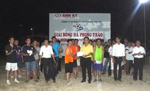 Ban tổ chức trao giải nhất cho đội liên quân tổ xe - nội thất.