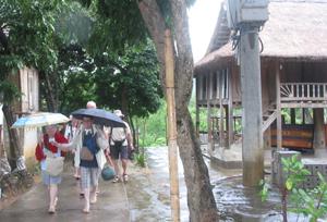 Khách quốc tế đến với bản du lịch cộng đồng Pom Coọng, thị trấn Mai Châu.