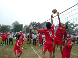 Trận thi đấu chung kết giữa đội tuyển xóm Cha, xã Tòng Đậu với đội tuyển xã Piềng Vế.