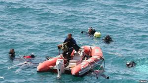 Thi thể một bé gái vừa được nhân viên cứu hộ đưa lên từ dưới nước.