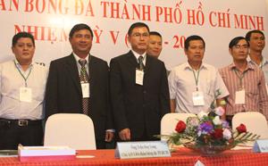 Ông Tú (áo đen đứng giữa) nhận chức Chủ tịch LĐBĐ TP.HCM