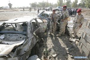 Lực lượng an ninh điều tra hiện trường vụ đánh bom xe tại Ki -cớt (I- rắc).