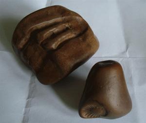 Biểu tượng bánh nan hoa trên chiếc linga bằng đá (phải) do ông Tiến sưu tầm cùng với chiếc yoni (trái).