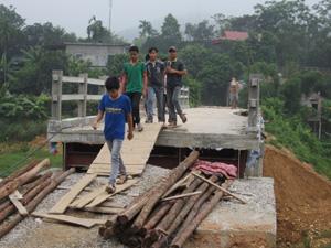 Tiến độ thi công cầu xóm Nút, xã Dân Hạ (Kỳ Sơn) quá chậm, ảnh hưởng lớn đến sản xuất và đời sống dân cư trên địa bàn.