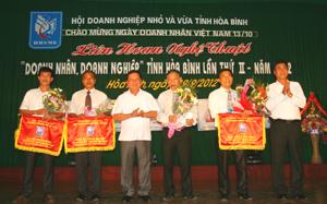 Đồng chí Bùi Văn Tỉnh, UVT.Ư Đảng, Chủ tịch UBND tỉnh và Chủ tịch Hội Doanh nghiệp nhỏ và vừa tỉnh trao tặng giải nhất toàn đoàn cho đơn vị huyện Kim Bôi.