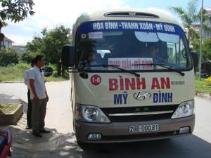 Cán bộ Công ty TNHH Dịch vụ vận tải Hòa Bình thường xuyên kiểm tra số lượng hành khách và các điều kiện về an toàn kỹ thuật trước khi xe khách Bình An xuất bến, tham gia giao thông.