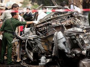 Hiện trường vụ đánh bom tự sát nhằm vào đoàn xe của Bộ trưởng Quốc phòng Yemen Ali Nasser Mohamed ở Sanaa hôm 11-9     Ảnh: AP