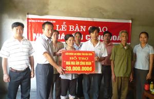 Lãnh đạo Công đoàn các KCN tỉnh trao tiền hỗ trợ xây nhà