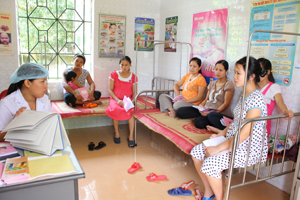 Cán bộ Trạm y tế xã Lâm Sơn (Lương Sơn) thực hiện truyền thông về bình đẳng giới cho phụ nữ mang thai.