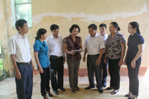 Cán bộ Ban Vì sự tiến bộ phụ nữ huyện Kỳ Sơn trao đổi về kế hoạch triển khai Chiến lược quốc gia về bình đẳng giới giai đoạn 2011-2020 trên địa bàn.