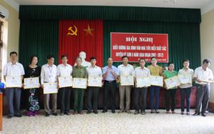 Lãnh đạo huyện Kỳ Sơn trao giấy khen cho 12 tập thể có thành tích xuất sắc trong thực hiện phong trào