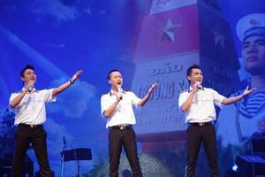 Các thành viên nhóm Arista hát ca khúc thể hiện tình yêu đối với biển đảo của Tổ quốc trong ngày Quốc khánh 2-9 đã gây xúc động cho khán giả. ( Ảnh: LÊ NGỌC )