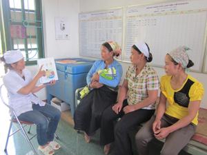 CTV dân số xã Nam Sơn (Tân Lạc) tuyên truyền cho phụ nữ về chính sách dân số của Nhà nước.