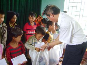 Trao quà cho trẻ em xã Toàn Sơn vào dịp tết thiếu nhi 1/6.