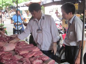 Lực lượng thú y thành phố Hòa Bình kiểm tra thực phẩm về đóng dấu kiểm soát thú y.