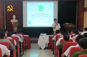 Giảng viên Cục tập huấn Quản lý chất thải và Cải thiện môi trường truyền đạt các Nghị định.
