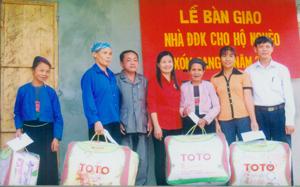 Hội CTĐ thành phố Hòa Bình trao nhà  đại đoàn kết cho hộ nghèo xóm Cang, xã Hòa Bình.