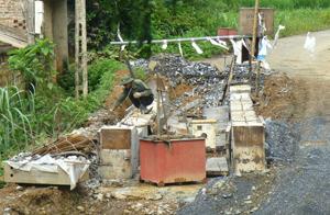Cầu Vai Trồ, xóm Gò Mè, xã Liên Sơn với tổng giá trị đầu tư 4,7 tỉ đồng đang được đẩy nhanh tiến độ thi công phục vụ việc đi lại cho bà con trong xã.