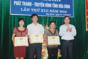 Đồng chí Bùi Văn Cửu, Phó Chủ tịch TT UBND tỉnh trao giải nhất, nhì, ba cho các Đài TT-TH Lạc Thuỷ, thành phố Hoà Bình và Tân Lạc.