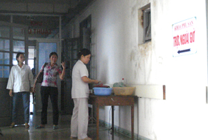 Nhân viên khoa Sản (Bệnh viện đa khoa tỉnh) nấu ăn ngay tại hành lang của khoa. (Ảnh chụp lúc 11 giờ 50 phút, ngày 8/9/2012).