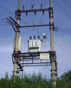 Trạm biến áp hiện nay của xã Hương Nhượng (Lạc Sơn) đã được đầu tư nâng cấp nhưng vẫn chưa đáp ứng nhu cầu sử dụng điện của các hộ dân trong xã.