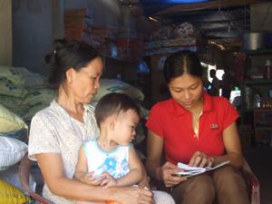 Cán bộ chuyên trách DS- KHHGĐ xã Mai Hịch (Mai Châu) tuyên truyền chính sách dân số tới người dân trên địa bàn.