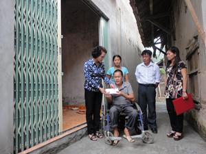 Lãnh đạo UBND huyện Kỳ Sơn trao tiền hỗ trợ làm nhà cho gia đình anh Phạm Ngọc Bộ.