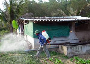 Lực lượng thú y huyện Lương Sơn tổ chức phun tiêu độc khử trùng khống chế dịch cúm lây lan.