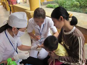 Bệnh nhi mắc chứng bệnh viêm đường hô hấp đang được điều trị tại Bệnh viện đa khoa huyện Đà Bắc.