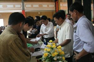 Cán bộ Sở VH-TT&DL hướng dẫn các ông mo, cán bộ văn hóa các xã, thị trấn viết phiếu điều tra.
