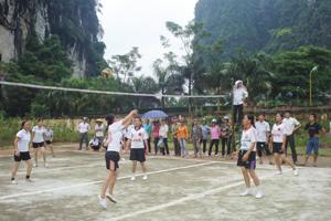 Trận thi đấu chung kết giữa đội tuyển bóng chuyền nữ xã Lỗ Sơn và thị trấn Mường Khến.