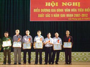 Lãnh đạo Huyện ủy Cao Phong trao giấy khen cho các gia đình văn hóa tiêu biểu xuất sắc giai đoạn 2007 – 2012.