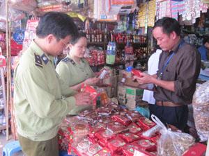 Đoàn kiểm tra liên ngành số 1 kiểm tra mặt hàng phục vụ Tết Trung thu tại xã Mông Hóa (Kỳ Sơn).