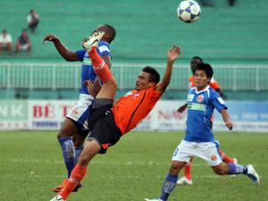 Khó khăn về kinh tế của các doanh nghiệp tài trợ khiến nhiều đội bóng ở V-League âu lo cho tương lai. Trong ảnh là trận đấu giữa Sài Gòn Xuân Thành và Navibank Sài Gòn (bên phải). Ảnh: QUANG LIÊM