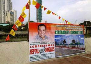 Các chính trị gia Philippines thích gắn hình ảnh của mình vào các công trình dân sinh làm từ tiền thuế của dân - Ảnh: Facebook của Anti-Epal