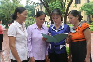 Cộng tác viên dân số xã Tử Nê (Tân Lạc) trao đổi về cách tuyên truyền mất cân bằng giới tính khi sinh trên địa bàn.